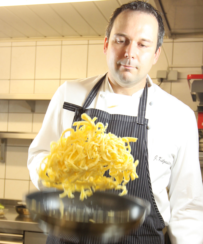 Jochen Katzmaier beim Kochen (© privat)
