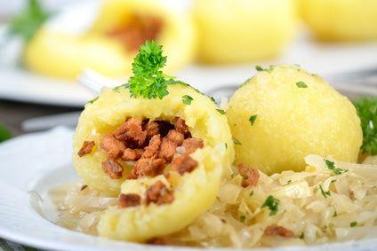 Österreichische Grammelknödel auf warmem Krautsalat